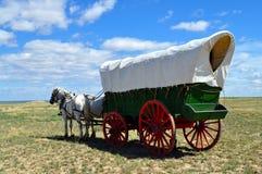 Ένα βαγόνι εμπορευμάτων conestoga που τραβιέται από την ομάδα των αλόγων στοκ φωτογραφία