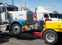 Ένα βαρέων καθηκόντων φορτηγό ρυμούλκησης που χρησιμοποιείται για τη μεταφορά των μεγάλων συντετριμμένων εγκαταστάσεων γεώτρησης στοκ εικόνες