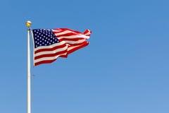 Ένα βιαστικό αεράκι που φυσά τις ΗΠΑ σημαιοστολίζει Στοκ φωτογραφίες με δικαίωμα ελεύθερης χρήσης