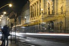 Ένα βλέμμα στη γέφυρα τη νύχτα με την κυκλοφορία Στοκ Εικόνες