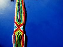 Ένα βραχιόλι που πλέκεται από τα νήματα μιας διαδικασίας Στοκ εικόνα με δικαίωμα ελεύθερης χρήσης