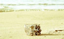 Ένα βραχιόλι χαρακτηριστικό της αρχαίας Ελλάδας, που χάνεται στην παραλία Στοκ εικόνες με δικαίωμα ελεύθερης χρήσης