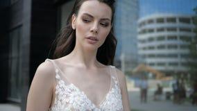 Ένα γαμήλιο φόρεμα με βαθιά κομμένος φιλμ μικρού μήκους