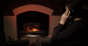 Ένα γενειοφόρο άτομο που μιλά σε ένα smartphone κοντά στην εστία φιλμ μικρού μήκους