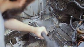 Ένα γενειοφόρο άτομο πλένει το εσωτερικό της μηχανής απόθεμα βίντεο