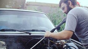 Ένα γενειοφόρο άτομο πλένει το εσωτερικό της μηχανής φιλμ μικρού μήκους