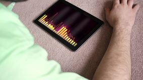 Ένα γενικό playlist που παίζει σε μια μαύρη συσκευή ταμπλετών - πορτοκαλιά ανεξάρτητη δισκογραφική εταιρία έκδοση hipster απόθεμα βίντεο