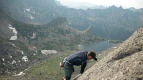 Ένα γενναίο άτομο αναρριχείται στην κορυφή του απότομου βράχου χωρίς ασφάλεια φιλμ μικρού μήκους