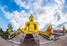 Ένα γιγαντιαίο άγαλμα του Βούδα εξετάζει έξω πέρα από τη στο κέντρο της πόλης Ταϊλάνδη το ηλιοβασίλεμα από το ναό Bongeunsa Στοκ Φωτογραφίες
