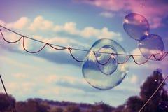 Παιχνίδι Sud σαπουνιών ράβδων φυσαλίδων που παίζει υπαίθρια τη διαγώνια διαδικασία Xpro Στοκ Εικόνες