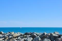 Ένα γιοτ που πλέει στην ανοικτή θάλασσα μια σαφής ημέρα Στοκ Φωτογραφία