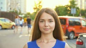 Ένα γλυκό κορίτσι κοντά στο αυτοκίνητο, πλήρες βίντεο hd απόθεμα βίντεο