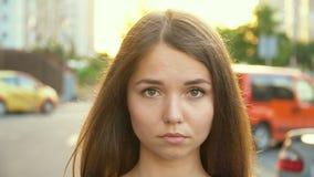 Ένα γλυκό κορίτσι κοντά στο αυτοκίνητο, πλήρες βίντεο hd φιλμ μικρού μήκους