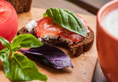 Ένα γρήγορο πρόχειρο φαγητό με ένα φλιτζάνι του καφέ Στοκ Εικόνες