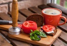 Ένα γρήγορο πρόχειρο φαγητό με ένα φλιτζάνι του καφέ Στοκ εικόνες με δικαίωμα ελεύθερης χρήσης