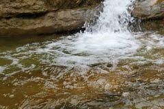 Ένα γρήγορο ρεύμα βουνών ή ένας μικρός ποταμός βουνών Στοκ εικόνες με δικαίωμα ελεύθερης χρήσης