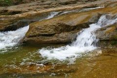 Ένα γρήγορο ρεύμα βουνών ή ένας μικρός ποταμός βουνών Στοκ φωτογραφία με δικαίωμα ελεύθερης χρήσης