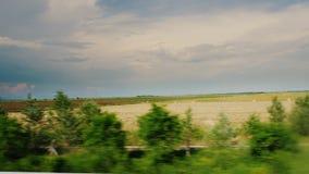 Ένα γραφικό αγροτικό τοπίο - τομείς, hayfields και θυμωνιές χόρτου Επαρχία της Ουγγαρίας Άποψη από το οδηγώντας αυτοκίνητο ή απόθεμα βίντεο