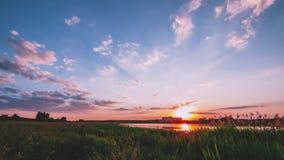 Ένα γραφικό τοπίο πέρα από έναν αγροτικό τομέα Ηλιοβασίλεμα απόθεμα βίντεο