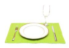 Ένα γυαλί πιάτων, μαχαιριών, δικράνων και κρασιού γευμάτων Στοκ Φωτογραφία