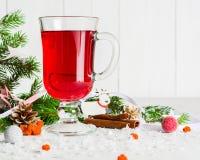 Ένα γυαλί του κοκκίνου - καυτό θερμαμένο κρασί σε ένα ελαφρύ υπόβαθρο Χριστούγεννα καρτών που χ&a Στοκ φωτογραφία με δικαίωμα ελεύθερης χρήσης