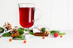 Ένα γυαλί του κοκκίνου - καυτό θερμαμένο κρασί σε ένα ελαφρύ υπόβαθρο Χριστούγεννα καρτών που χ&a Στοκ εικόνα με δικαίωμα ελεύθερης χρήσης