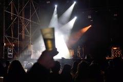Ένα γυαλί του οινοπνεύματος σε μια συναυλία της ζωντανής μουσικής στοκ φωτογραφία με δικαίωμα ελεύθερης χρήσης
