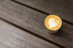 Ένα γυαλί του cappuccino στον πίνακα στοκ φωτογραφία με δικαίωμα ελεύθερης χρήσης