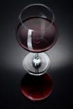 Ένα γυαλί που γεμίζουν με το κρασί σε έναν μαύρο πίνακα Στοκ εικόνα με δικαίωμα ελεύθερης χρήσης
