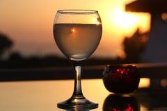 Ένα γυαλί του τουρκικού rakia σε ένα υπόβαθρο του ηλιοβασιλέματος Στοκ φωτογραφία με δικαίωμα ελεύθερης χρήσης