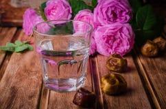 Ένα γυαλί των φρούτων πόσιμου νερού και ημερομηνίας - παραδοσιακά τρόφιμα Ramadan Εκλεκτική εστίαση Στοκ Εικόνα