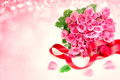 ένα γλυκό ρόδινο πέταλο τριαντάφυλλων ανθοδεσμών στο μαλακό γλυκό ρόδινο backgroun Στοκ Εικόνες