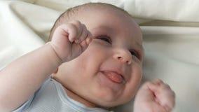 Ένα δίμηνο παλαιό ευτυχές νεογέννητο μωρό βρίσκεται στο κρεβάτι και δοκιμάζει τις συγκινήσεις στη μητέρα του Ένα μωρό γελά, μιλά, φιλμ μικρού μήκους