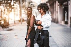 Ένα διαφυλετικό ζεύγος των φίλων υπαίθρια στοκ φωτογραφία με δικαίωμα ελεύθερης χρήσης
