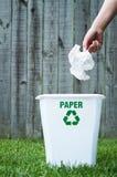 Ένα δοχείο ανακύκλωσης έξω στοκ εικόνα με δικαίωμα ελεύθερης χρήσης
