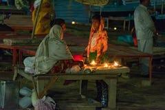 Ένα δοχείο γυναικείας πωλώντας πυρκαγιάς για το pooja στοκ φωτογραφία