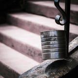 Ένα δοχείο κασσίτερου με από τα σκαλοπάτια εστίασης που καταλήγουν στο δοχείο στοκ φωτογραφίες