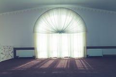 Ένα δωμάτιο με ένα μεγάλο φως παραθύρων μέσω του παραθύρου και στο πάτωμα στοκ εικόνες με δικαίωμα ελεύθερης χρήσης