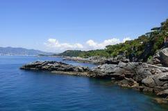 Ένα δύσκολο σημείο στη Μεσόγειο με τα βουνά και το υπόβαθρο στοκ εικόνα