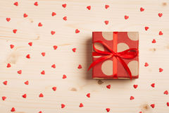Ένα δώρο σε ένα κιβώτιο σε ένα ξύλινο υπόβαθρο Στοκ Εικόνες