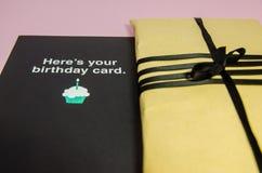 Ένα δώρο στο καφετί τυλίγοντας έγγραφο στοκ φωτογραφίες