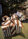 Ένα δώρο Χριστουγέννων που τυλίγεται στα κόκκινα και άσπρα λωρίδες Στοκ Εικόνα