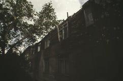 Ένα εγκαταλειμμένο κτήριο στο δασικό απότομο βράχο Στοκ Εικόνες