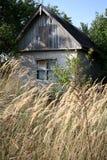 Ένα εγκαταλειμμένο παλαιό σπίτι στην άκρη του τομέα το φθινόπωρο Στοκ Φωτογραφία