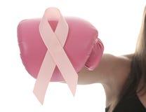 Ένα εγκιβωτίζοντας γάντι κάνει τη ρόδινη κορδέλλα για το καρκίνο του μαστού Στοκ φωτογραφία με δικαίωμα ελεύθερης χρήσης