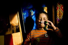 Ένα εθνικό παιδί της Ασίας απολαμβάνει τις φυσαλίδες σαπουνιών στοκ φωτογραφία