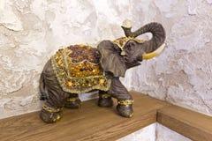 Ένα ειδώλιο ενός ελέφαντα σε μια τύχη ραφιών, ευτυχία στο σπίτι στοκ εικόνες