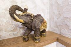 Ένα ειδώλιο ενός ελέφαντα σε μια τύχη ραφιών, ευτυχία στο σπίτι στοκ φωτογραφία με δικαίωμα ελεύθερης χρήσης