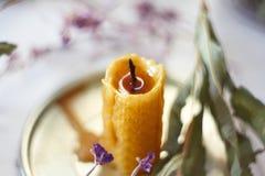 Ένα εκλείψας κερί του κεριού στέκεται σε μια στάση με τα ξηρά χορτάρια στοκ εικόνες