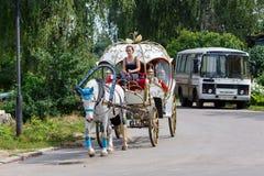 Ένα εκλεκτής ποιότητας horse-drawn λεωφορείο Ρωσία suzdal Στοκ Εικόνες